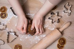 Fabrication des biscuits de pain d'épice de Noël, biscuit coupant et roulement image stock
