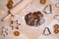 Fabrication des biscuits de pain d'épice de Noël, biscuit coupant et roulement photos libres de droits