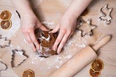 Fabrication des biscuits de pain d'épice de Noël, biscuit coupant et roulement photos stock