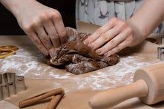 Fabrication des biscuits de pain d'épice de Noël, biscuit coupant et roulement photographie stock libre de droits