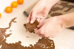 Fabrication des biscuits de pain d'épice pour Noël dans la cuisine ` S Han de femme image libre de droits