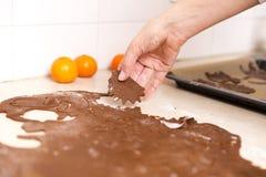 Fabrication des biscuits de pain d'épice pour Noël dans la cuisine ` S Han de femme photographie stock libre de droits
