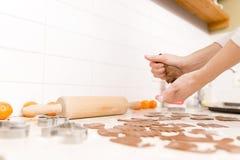 Fabrication des biscuits de pain d'épice pour Noël dans la cuisine ` S Han de femme photographie stock
