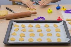 Fabrication des biscuits faits maison image libre de droits