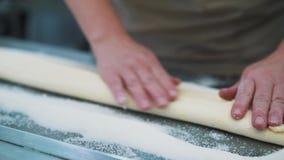 Fabrication des biscuits, plan rapproché de la pâte des mains du ` s de femmes dans la cuisine de confiserie banque de vidéos