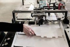 Fabrication des boîtes sur le convoyeur Image libre de droits