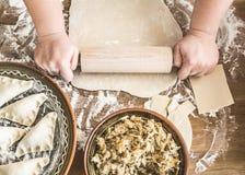 Fabrication des boulettes avec la choucroute et les champignons Photos libres de droits