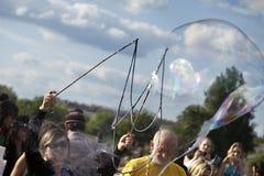 Fabrication des bulles de savon chez Mauerpark Photographie stock