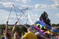 Fabrication des bulles de savon chez Mauerpark Photographie stock libre de droits