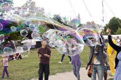 Fabrication des bulles de savon chez Mauerpark Image stock