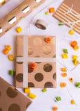 Fabrication des cadeaux pour des amis et des parents Photo libre de droits