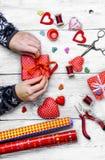 Fabrication des cadeaux pour le jour du ` s de Valentine Images libres de droits