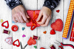 Fabrication des cadeaux pour le jour du ` s de Valentine Images stock