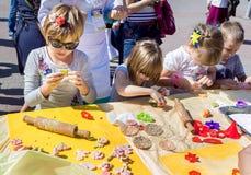 Fabrication des chiffres colorés de pâte pour la décoration de biscuits Image libre de droits
