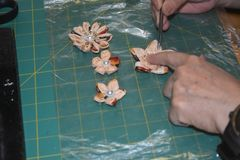 Fabrication des fleurs faites main de tissu photo stock