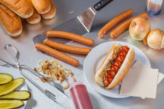 Fabrication des hot-dogs Photos stock