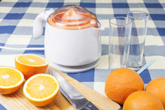 Fabrication des jus d'orange Images stock