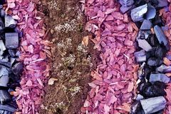 Fabrication des lits de fleur avec les matériaux naturels photo stock