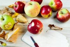 Fabrication des monstres rampants et drôles des pommes Images stock