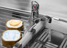 Fabrication des moules pour des dentiers dans le laboratoire, mélangeur de robinet de lavage de l'eau Images stock