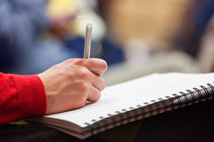Fabrication des notes à la conférence, détail photos libres de droits