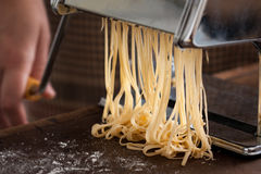 Fabrication des pâtes avec la machine traditionnelle Photo stock