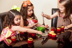 Fabrication des petits gâteaux avec mes amis Photos stock