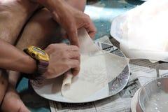 Fabrication des petits pains de ressort frits petits pains de ressort à la nourriture de rue photographie stock libre de droits