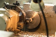 Fabrication des pièces sur un tour Images stock