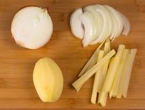 Fabrication des pommes chips aux oignons Photographie stock