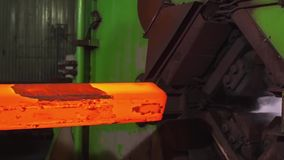 Fabrication des rails pour les trains et le chariot de fret, wagons couverts Usine de rail Pile de la barre ronde en acier - fer banque de vidéos