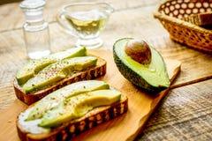 Fabrication des sandwichs avec l'aliment biologique sain d'avocat images stock