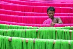 Fabrication des sarees photos stock