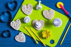 Fabrication des souvenirs à partir de la pâte salée pour le jour du ` s de Valentine Étape 4 Images libres de droits