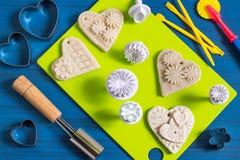 Fabrication des souvenirs à partir de la pâte salée pour le jour du ` s de Valentine Étape 6 Photo stock