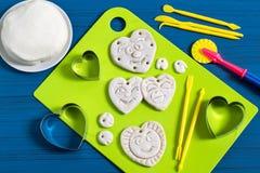 Fabrication des souvenirs à partir de la pâte salée pour le jour du ` s de Valentine Étape 8 Photo stock