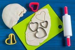 Fabrication des souvenirs à partir de la pâte salée pour le jour du ` s de Valentine Étape 2 Photos stock