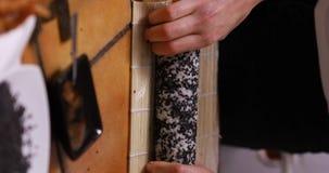 Fabrication des sushi d'ura-maki
