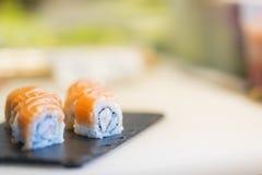 Fabrication des sushi dans le restaurant japonais photos libres de droits