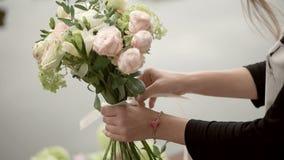 Fabrication du beau bouquet de mariage banque de vidéos