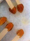 Fabrication du bonbon au caramel à sirop d'érable à la cabane de sucre au Québec images libres de droits