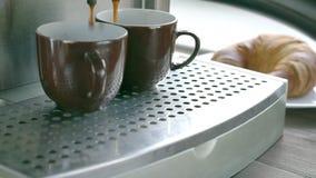Fabrication du café avec la machine de café banque de vidéos