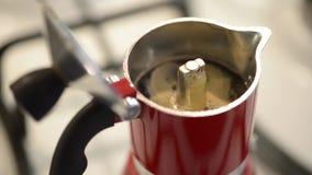 Fabrication du café avec le percolateur italien