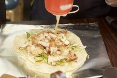 Fabrication du chiche-kebab avec des saveurs délicieuses photos stock
