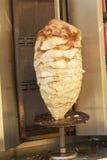 Fabrication du chiche-kebab avec des saveurs délicieuses images stock