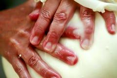 Fabrication du fromage artisanal Images libres de droits