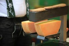 Fabrication du fromage de raclette sur le marché d'un agriculteur Images libres de droits