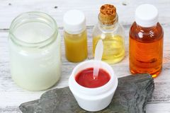 Fabrication du lustre fait maison de lèvre à partir de divers genres d'huile et de cire d'abeille Photographie stock libre de droits