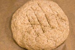 Fabrication du pain rond fait maison photos stock
