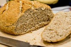 Fabrication du pain rond fait maison Photo stock